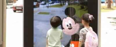 personajes-de-disney-aparecen-en-una-parada-de-autobus